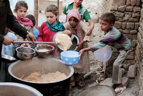 Crianças afegãs recebem alimentos doados por uma instituição de caridade privada, durante o mês de jejum sagrado muçulmano do Ramadã em uma mesquita em Cabul, Afeganistão, quinta-feira, 16 de agosto, 2012. AP / Musadeq Sadeq
