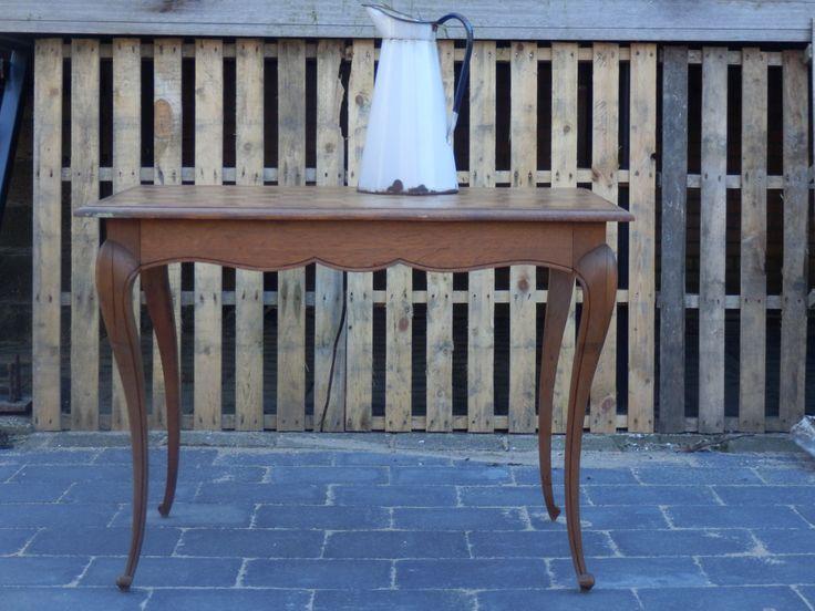 Te koop. Deze leuke 1/ 2 persoons tafel, Queen Anne stijl, met geblokte bovenkant. Heel sierlijk model en goede staat! 62,50 euro