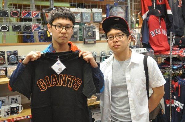 【大阪店】 2014年5月8日 韓国から観光でお越しいただきました!! ジャイアンツグッズをお買い上げ頂きました^^ また日本に来た時はセレクションによってくださいね~^^#npb