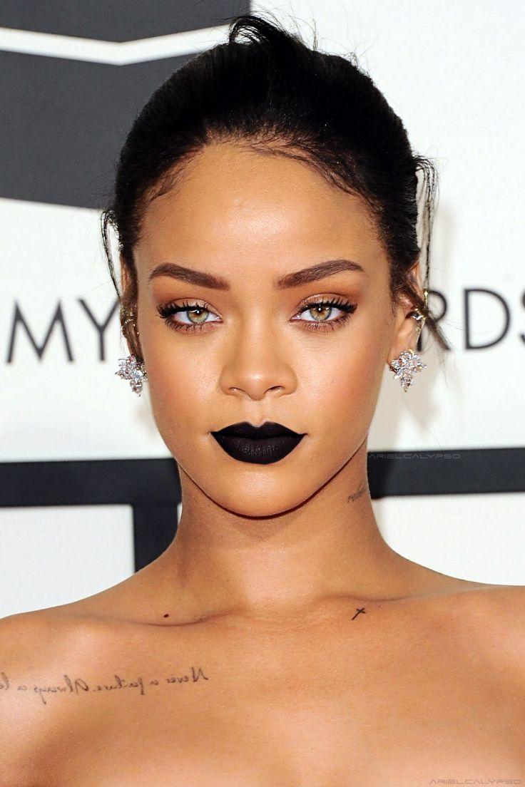 Rihanna arrasando com make impecável e batom preto - lady, ousada... Um mix de ambos!