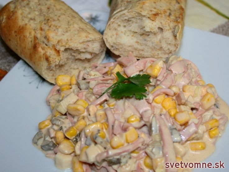 Výborný kukuricový šalát s tatárskou omáčkou, vhodný na prípravu obložených mís na rôzne oslavy.