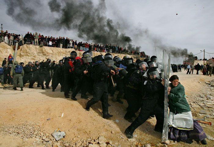 Противостояние войск и жителей западного берега реки Иордан. Фото Одеда Балилти, получившего за него Пулитцеровскую премию в 2007
