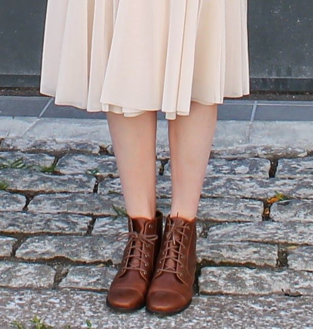 Pale pink midi skirt, retro oxfort boots #streetstyle #fashionblog #frenchblogger