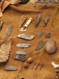 Je ziet hier wapens en gereedschappen die ze in de prehistorie hebben gemaakt. Het hoort bij kunst, omdat ze het hebben gemaakt met de hand.