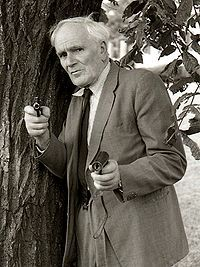 Desmond Llewelyn (Welsh actor. He played Q in 17 of the James Bond films between 1963 and 1999)