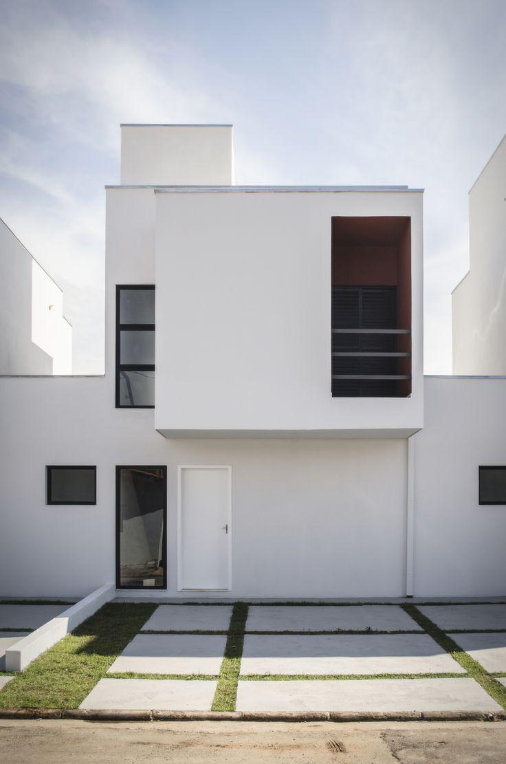 Construído Na 2013 Na Vila Lorenzon, Brasil. Imagens Do Vitor Bonduki. O  Terreno