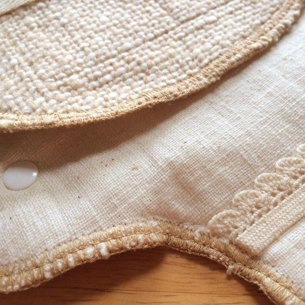 【布ナプキン 夜用】おつきさま 生成 手紡ぎオーガニックコットン 自然栽培綿 2,592円▼サイズ19〜30cm▼素材綿100%(自然栽培綿・手つむぎ糸使用)▼タイプ生成 白 無地▼商品説明「 吸収体、防水シート入りのロングサイズ。おしりをやさしく包みます。」肌側はシャンブレーの和紡、裏側は生成の土布を使用。1枚で使う時には和紡側を肌側に当てるのがおすすめですが、どちらの面も使えます。量の調節にはおつきさま用の三つ折りパットや布なぷパットをお使いください。その際は土布側にあるストレッチレースに挟みます。和紡側にパットを挟む場合は、ストレッチレースを裏に返してお使いください。(吸収体、防水シート入り)▼通販サイト ホトホト布ナプキン夜用 おつきさま 生成 生理用 白 無地はホトホトへ!女性特有の悩みを改善!オーガニック関連タオルや腹巻パンツ、生理用布ナプキン、ワンピースをご紹介!他にもベビー用お口拭きタオルやマタニティウェア、出産祝い、婦人・紳士向けの暖か商品をご紹介しております。