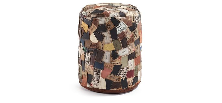 Pouf en patchwork d'étiquettes de cuir originaires de jeans recyclés. Déhoussable. Remplissage de polystyrène expansé.
