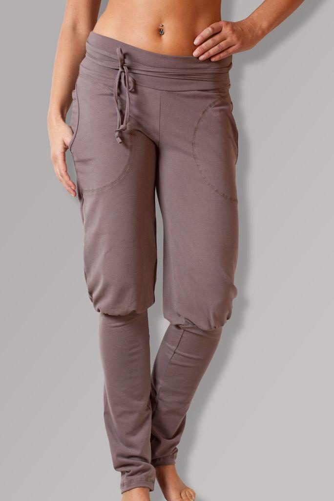PUMPKY BROWN Originální pohodlné úpletové kalhoty na celý den. Vhodné nejen na relax, můžete v nich vyrazit i do města na nákupy nebo být šik na výletě:-). V pase pružný dvojitý pásek, a šňůrka, kterou si můžete ozdobně uvázat na mašli:-) Kalhoty jsou pod kolenem nabrané do rovného spodního dílu, který vypadá jako návlek. Hodí se i do kozaček:-) A samozřejmě ...