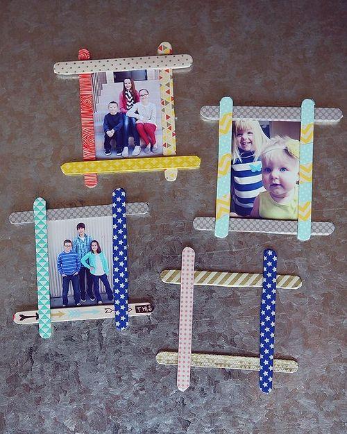 Haremos unos fantásticos marcos para fotos con palos de polo que se habrán decorado anteriormente por lo niños de la manera que más les guste.