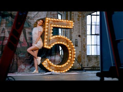 Dirigida por #BazLuhrmann ('Moulin Rouge', 'El Gran Gatsby') y sobre una tabla de surf, Gisele Bündchen protagoniza la nueva campaña del icónico perfume #Chanel nº 5.