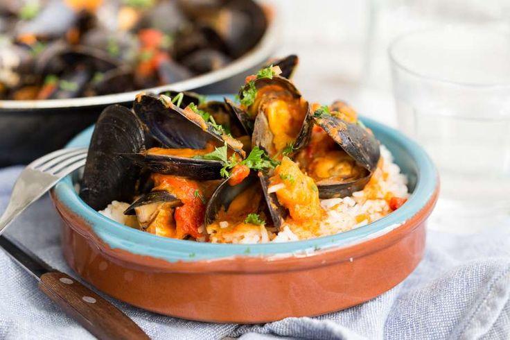 Recept voor mosselen in romige paprikasaus voor 4 personen. Met zout, olijfolie, peper, mossel, rode paprika, rijst, knoflook, ui, paprikapoeder, chilipoeder en peterselie