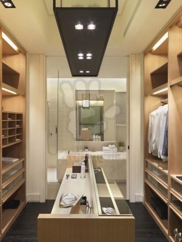 Couloir dressing donnant sur salle de bain