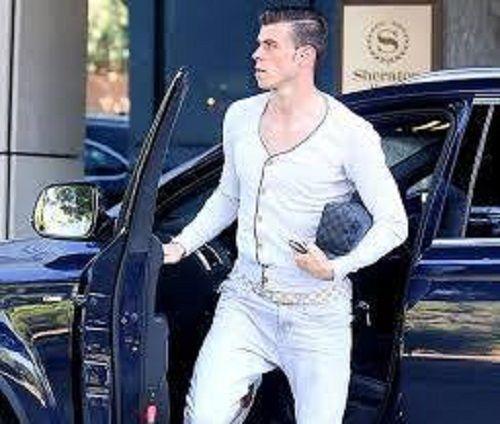 Walijczyk założył nocne ciuchy i wybrał się bryką do miasta • Gareth Bale buja się w piżamie z kosmetyczką • Zobacz gejowski strój >> #bale #football #soccer #sports #pilkanozna #funny