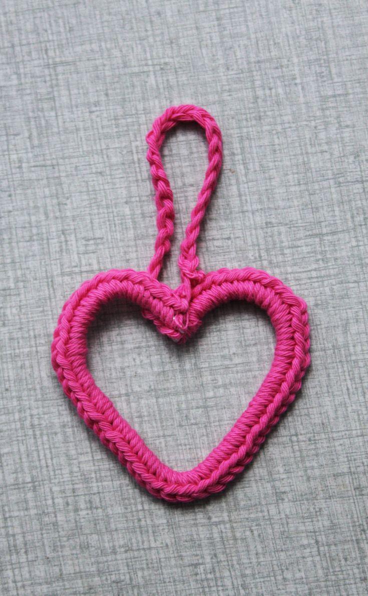 Dagens pyssel är ett busenkelt virkat hjärta. Jag tänkte kanske hänga det på en gåva som jag ska ge bort på alla hjärtans dag. Man skulle också kunna hänga upp hjärtat i en björkkvis i en vas eller…
