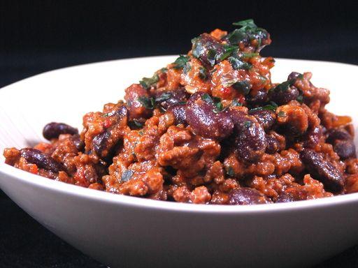 Chili con carne /// $$ - Bento /// sauce chili, haricots rouges, steak haché, riz, oignons.