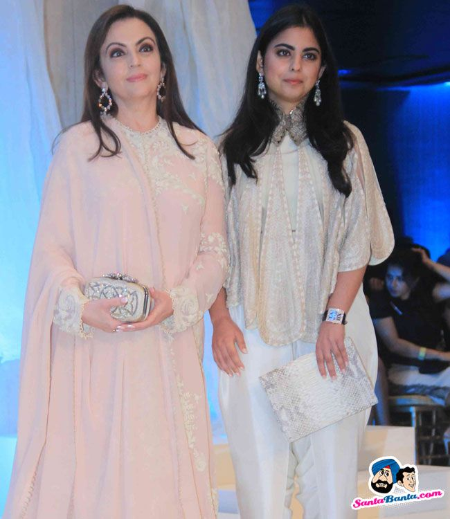 Anamika Khanna Show at LFW 2015 -- Neeta Ambani with her daughter Isha Picture # 301118