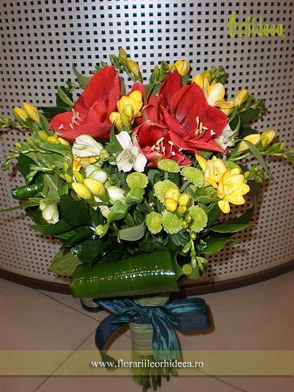 Acest buchet de flori este lucrat din amarilys, 25 de frezii, alstroemeria, santini.