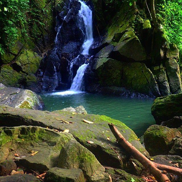Air Terjun Pria Laot, berlokasi di Desa Pria Laot, Kelurahan Iboih, Sabang, Aceh.  Jarak lokasi air terjun ini sekitar 12 kilometer jika dihitung dari pusat Kota Sabang. Tempat wisata ini sebenarnya cocok untuk para pecinta tantangan, hal ini dikarenakan trek yang harus anda lalui sebelum tiba di lokasi ini. Tetapi jangan khawatir, tidak begitu sulit untuk melewatinya.  Baca selengkapnya: www visitaceh.id/dt_places/air-terjun-pria-laot-kota-sabang  #waterfall #sabang #ig_aceh #wisataaceh…