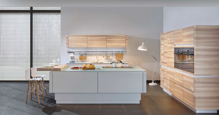 Our rear-lacquered glass kitchen fronts and real wood: Horizon Accento Vitrin with a 3-layer core ash