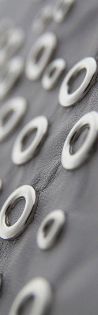 Borchie Griffe - Borchie metalliche graffate su pelle