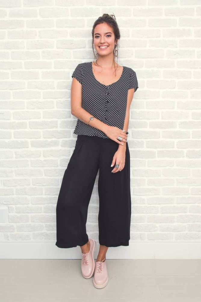 Calça Pantacourt preta de alfaiataria em viscose, comprimento midi, cintura alta, com prega frontal, amarração na cintura e zíper invisível lateral.