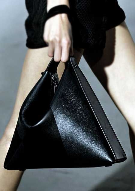 El çantaları arasında özellikle farklı tasarıma sahip modelleri bu sene sık sık göreceğiz.