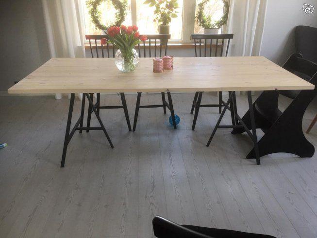Nytt köksbord/matbord med vitoljad furuskiva samt mörkgrå stålben.  Vitoljan som ger ett effektivt skydd mot inträngning av smuts och vätskor, vårdar på djupet och ger träet en silkesmjuk yta samt framhäver träets struktur och ger färgspel. Benen är ...