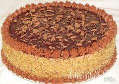 Mod de preparare Tort cu nuca si ciocolata: Blat: Se separa albusurile de galbenusuri si se bat spuma tare cu zaharul si un praf de sare, ca la bezea. Galbenusurile se amesteca cu uleiul si esenta. Se toarna totul peste albusul batut, apoi se pune faina amestecata cu praful de…