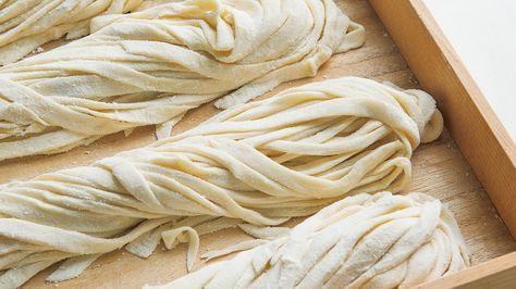 荻野 恭子さんの強力粉,薄力粉を使った「手打ちうどん」のレシピページです。休日や週末に、親子でポリ袋を使って粉料理をしてみませんか?モチモチの手打ちうどんをご家庭で。 材料: 基本の生地、強力粉、かたくり粉