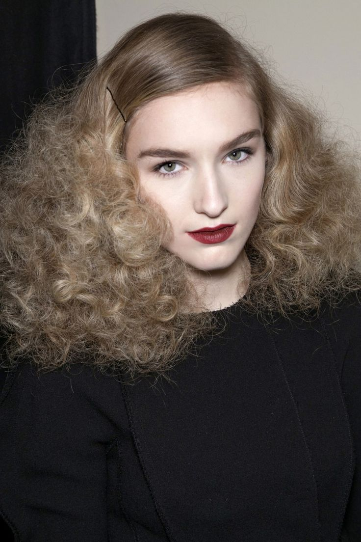 25 New Year's Eve Makeup Ideas | Brushed-Out Curls with Glossy Red Lips