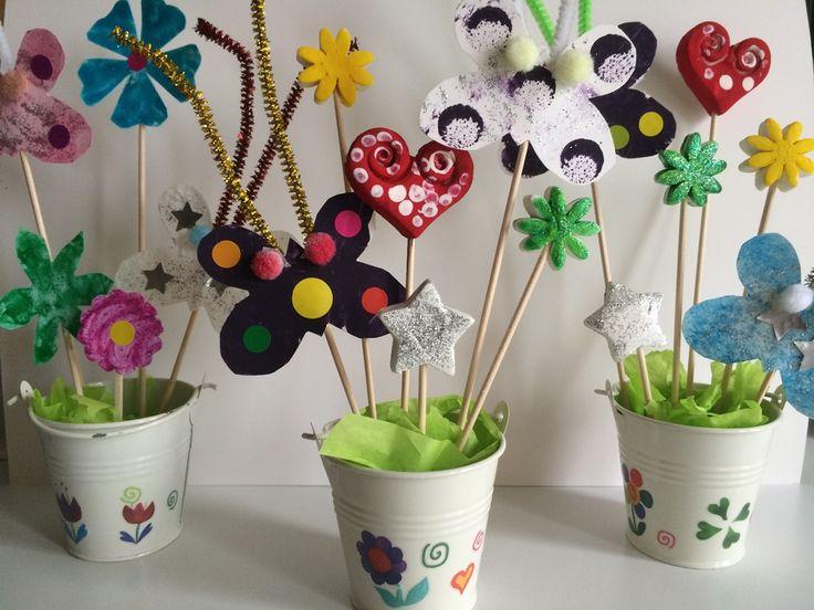 Pots de fleurs et papillons