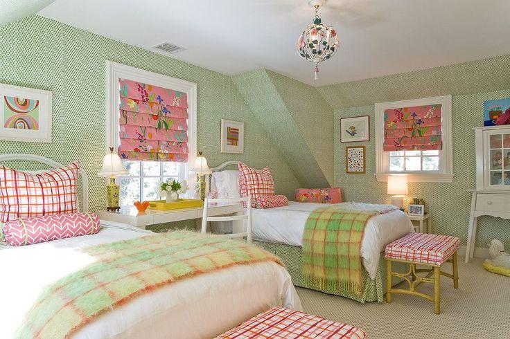 Зеленые обои в интерьере: как придать пространству свежести и 50+ лучших сочетаний http://happymodern.ru/zelenye-oboi-v-interere-55-foto-kak-sdelat-komnatu-uyutnoj/ Спокойный свежий интерьер детской комнаты для двух девочек. Основной цвет спальни – зеленый. Белый и розовый – дополнительные цвета
