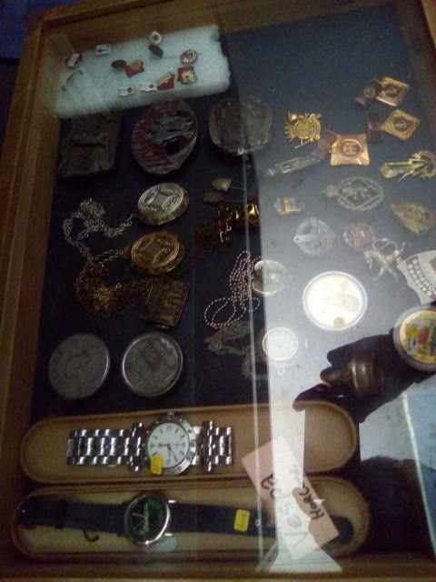 edison39.nl #Garageverkoop #Eindhoven #040 #Vintage #Antiek #Kunst #Design: Vespa horloge, Ferrari horloge. Flintstone munt en...