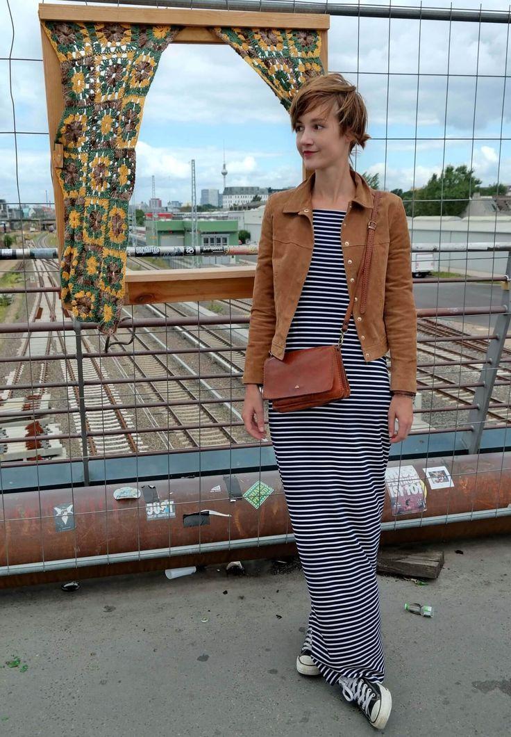 Maxikleid mit  Streifen und braune Jacke aus  Wildleder   stripes ... ba79dfd93e