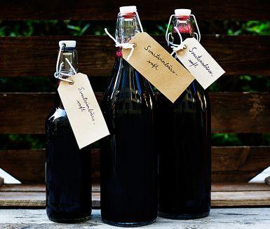 Få saker slår ett glas iskall svartvinbärssaft en het sommardag. Saften är dessutom snygg att se på – och rik på C-vitamin. I det här receptet tar det ett tag för bären att rinna av. Men rör inte om, då kan saften bli grumlig.