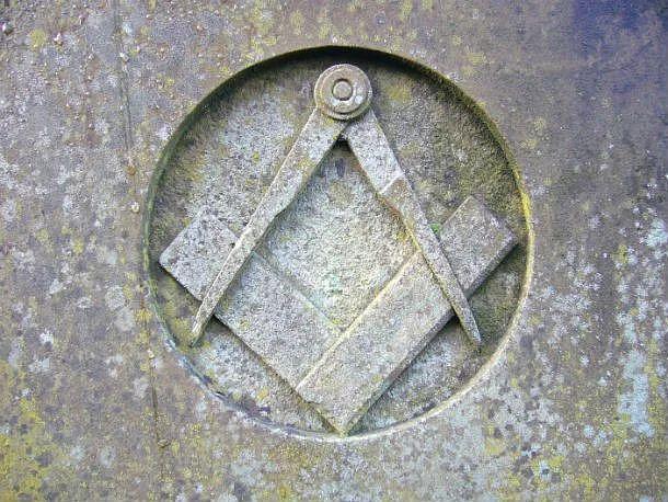 Самые старые масонские символы – угольник и циркуль. Они также являются и самыми узнаваемыми символами ордена, однако значения, придаваемые им, различаются в разных странах.