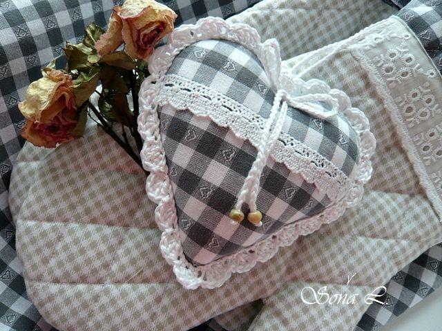 Srdíčko nejen do chalupy ~ šedobílá kostička ....do domečku, chat a chalup.Kdo miluje tradiční český kanafas a venkovský starobylý styl určitě si zamiluje dekorace v tomto stylu.... Dekorační srdíčkoje ušité z kanafasu /vzor šedobílá kostička se srdíčkem/....dozdobené ručně háčkovanou bílou krajkou a mašličkou s dřevěným knoflíkem.... naplněno dutým ...