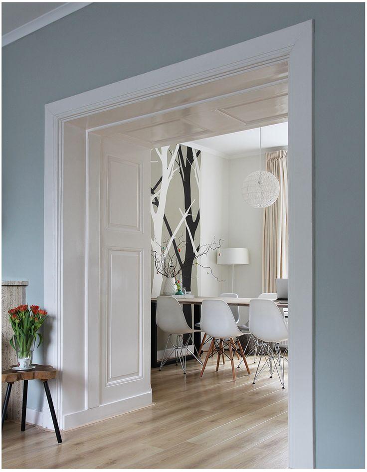 Binnen kijken bij Moniek & Kees - Makeithome.nl Mooie doorkijk van de woonkamer naar de eetkamer. Op de muur Light Blue van Farrow and Ball.