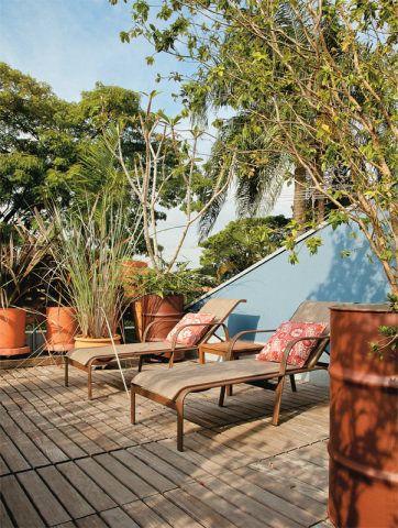 Os decks de cumaru apoiados na laje impermeabilizada saem facilmente para a limpeza, assim como os vasos com rodízios. Estão repletos de árvores frutíferas, florese ervas variadas.