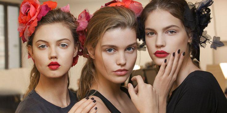 Le foto del dietro le quinte e i prodotti di make up per la sfilata più attesa della Maison Chanel, in una Parigi dal mood Anni Quaranta