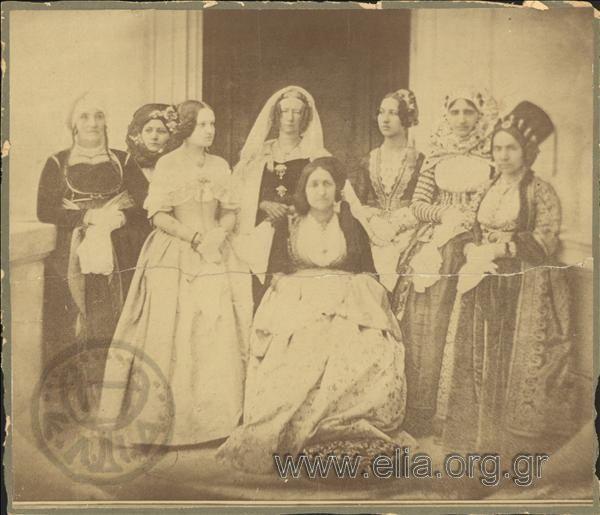 Κυρίες επί των τιμών της βασίλισσας Αμαλίας. Αθήνα, γύρω στα 1847 Philibert Perraud. Διακρίνονται, από αριστερά, η Κυρία Μοναρχίδη [Ψαριανή], Ελένη Μπόταση [Σπετσιώτισα], Δις Reinen Kampf [Βαυαρίς], Κυρία Αντ. Μαυρομιχάλη [καθισμένη στη μέση], Δις Φ. Μαυρομιχάλη, Κυρία Κριεζή το γένος Βούλγαρη και η Κυρία Γενναίου Κολοκοτρώνη το γένος Τζαβέλα.