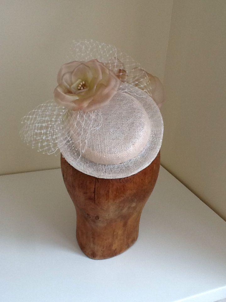 Tocado decorado con rosas de seda