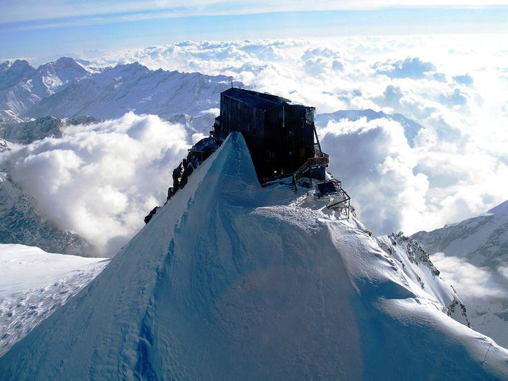 Prenota la visita alla Capanna Margherita, il rifugio più alto d'Europa. Info, Prenotazioni e Tour organizzati con Guida Alpina. Contattaci!