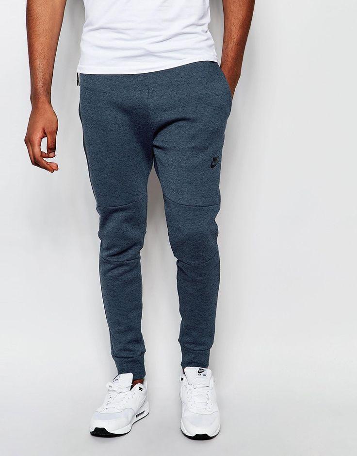 Jogginghosen von Nike weicher Sweatstoff Taillenbund mit Kordelzug schräge Seitentaschen anliegende Bündchen enge Passform Maschinenwäsche 70% Baumwolle, 30% Polyester Model trägt Größe M und ist 188 cm/6 Fuß 2 Zoll groß Nike Style-Code: 545343-460