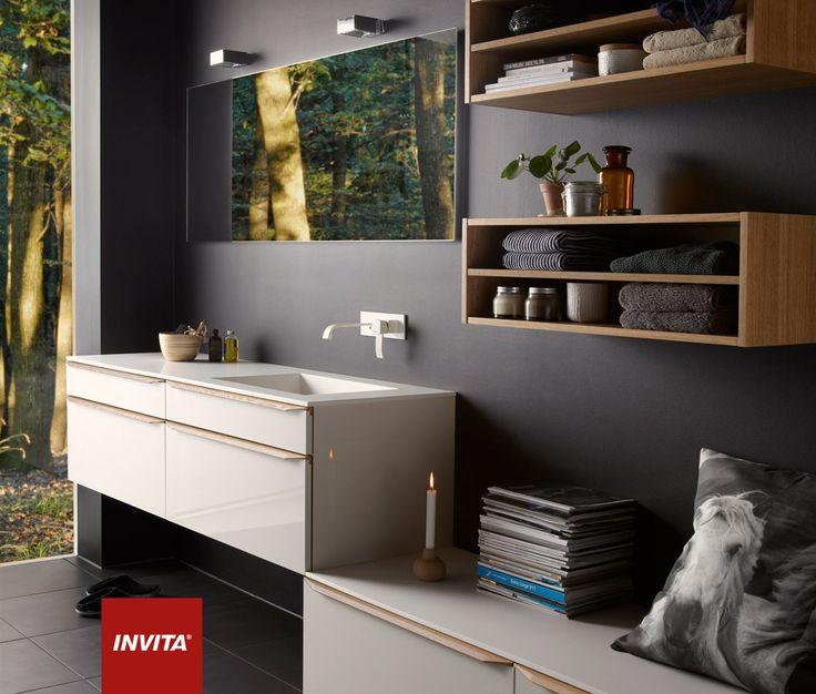 Bad med glød og varme Everline bringer natur og træ ind i badeværelset på en varm og diskret måde. Det karakteristiske ved modellen er det organiske og enkle greb i massiv træ. Fås i natur eg, sortbejdset eg og valnød. Everline i eg og modehvid. 12 mm Solid Surface bordplade med istøbt vask. Finslebet spejl i specialmål. Belysning fra Lampefeber model Bijou.