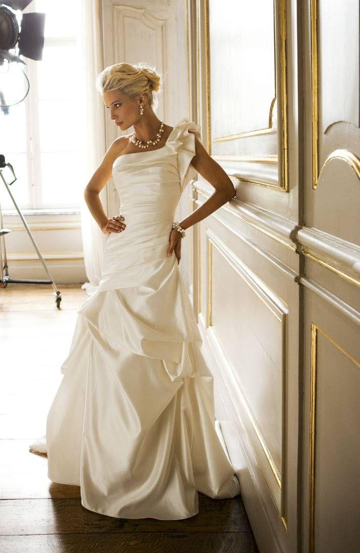 Prachtige bruidsjurk met asymmetrische schouderlijn