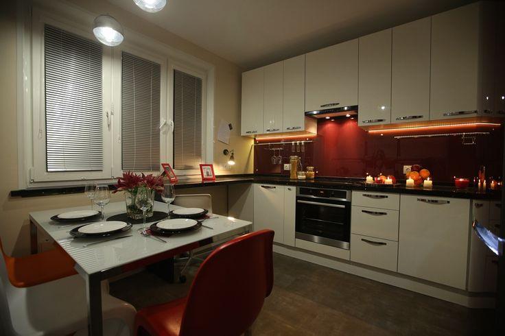 1. В новой кухне появилось много источников света. Освещение разделено на три группы:  - верхний свет над обеденной группой; - светодиодная подсветка кухонной столешницы; - лампа-бра - подсветка рабочей зоны
