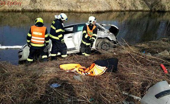 Nehoda na jižní Moravě: Auto s třemi lidmi se zřítilo do řeky Svitavy