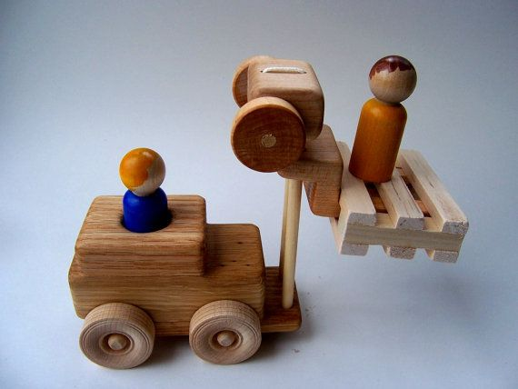 Besoin de lever ces blocages sur votre plat ou votre camion à benne basculante ? Eh bien, maintenant, cest facile. Il suffit de glisser le chariot élévateur sous eux et les charger vers le haut.  Mon fils a été obsédé par les chariots élévateurs à un âge (Eh bien, venez à penser à lui, il a toujours insiste sur sarrêter pour regarder en action lorsque nous sommes à Lowes). Maintenant, il y a une réplique du travail à la maison.  La partie de la fourche de chariot élévateur est issue dun…